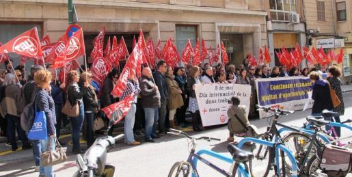 UGT y CCOO han organizado una concentración conjunto para mostrar su apoyo al Día Internacional de la Mujer.