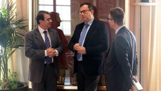 En la imagen, el rector de la UIB, Llorenç Huguet junto al secretario general de Universidades, Jorge Sainz.