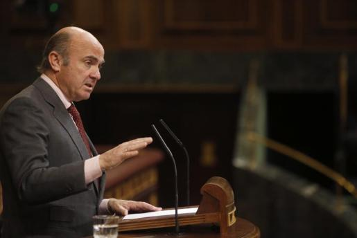 El ministro de Economía, Industria y Competitividad, Luis de Guindos, durante su intervención este miércoles en el pleno del Congreso de los Diputados.