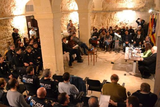 Imagen general el acto de presentación de la Memòria Policia Tutor IB 2015-16.