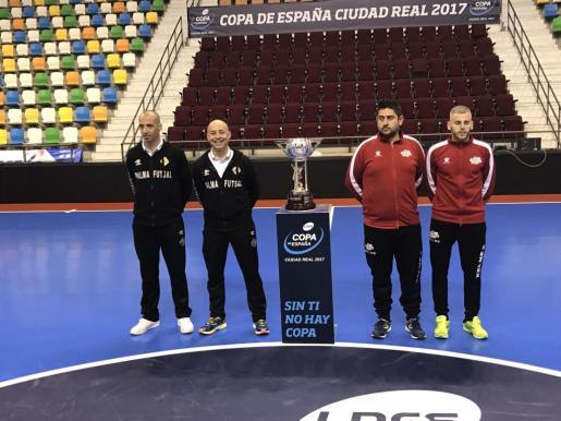 Vadillo, Juanito, Josan González y Miguelín, junto al trofeo.