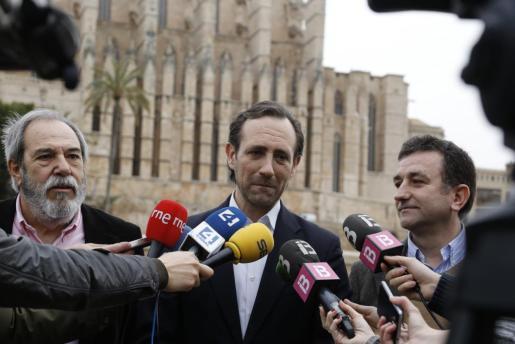 José Ramón Bauzá atendiendo a los medios de comunicación.