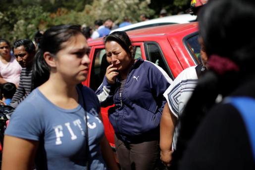 Familiares de los jóvenes internos en un centro de menores de Guatemala se han reunido a las puertas del centro tras un incendio que le ha costado la vida a 15 niñas.