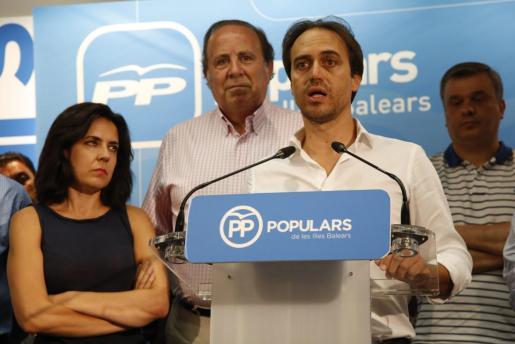 Alvaro Gijón, Sandra Fernández y José María Rodríguez durante la dimisión de este último como secretario general del PP en Palma.