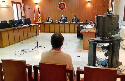 El acusado, de origen alemán, durante el inicio del juicio en la Audiencia.