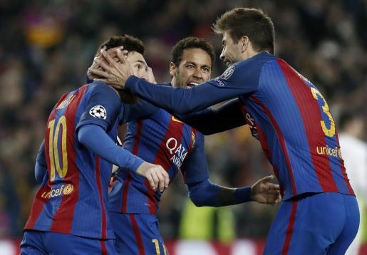 El delantero argentino del FC Barcelona, Leo Messi celebra con sus compañeros Neymar y Gerard Piqué su tanto.