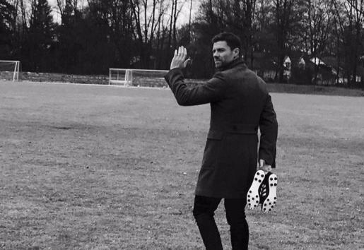 «Lo he vivido. Lo he amado. La despedida de un juego precioso.», escribió en Twitter Xabi Alonso, junto a una foto en blanco y negro en la que saluda, de espaldas, con las botas en la mano.