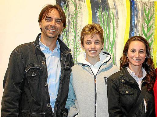 David Trías, Marc Trías y Carme Ensenya, visitando la exposición.