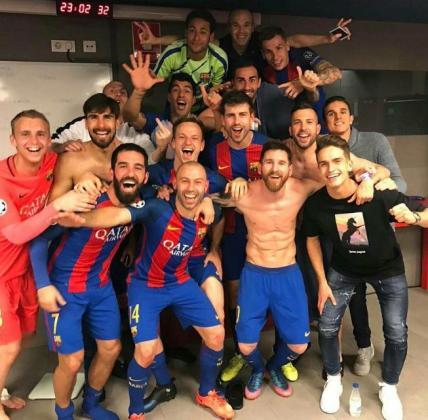 La peineta del defensa francés destaca en la imagen de euforia de los jugadores del Barça.