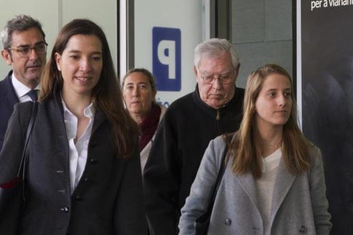 Montull (derecha), a su llegada a la Ciudad de la Justicia de Barcelona.