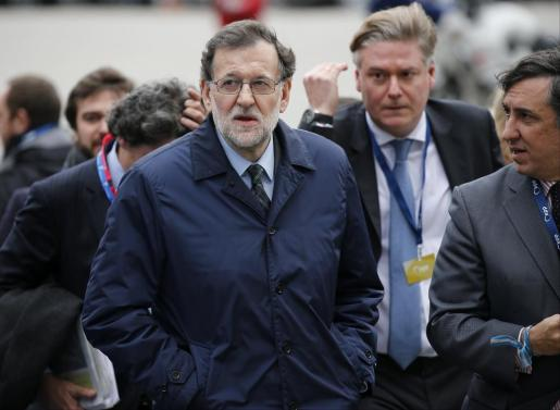 El presidente del Gobierno español, Mariano Rajoy (c), a su llegada a la reunión de líderes del Partido Popular Europeo (PPE) previa a la cumbre del Consejo Europeo que se celebra en Bruselas (Bélgica).