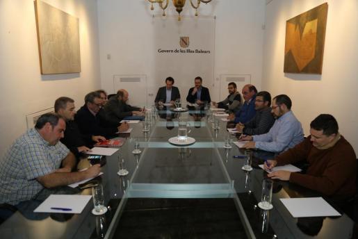 Representantes del sector del taxi, en una de las reuniones mantenidas con el conseller Marc Pons.