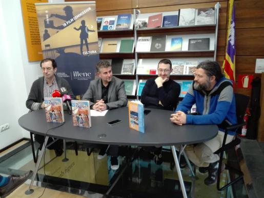 El historiador Antoni Marimon (izquierda) explica que el sexto tomo de 'Balears, abans i ara', dedicado a la época islámica, ha sido el más difícil de hacer.