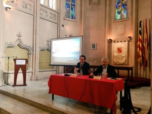 El conseller Marc Pons (i) durante la presentación del anteproyecto de la nueva Ley Urbanística.