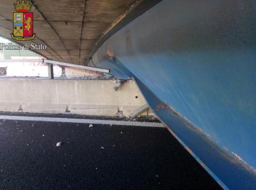 Parte del puente derrumbado sobre la autopista A14, cerca de Ancona, en Italia.