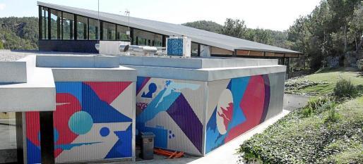 Imagen de los exteriores de la piscina municipal de Peguera, cerrada al público hace más de un mes.