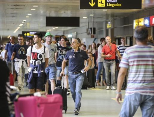 Imagen de turistas llegando al aeropuerto de Palma de Mallorca.