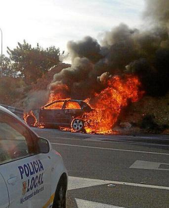 El coche, un Audi A3, quedó totalmente calcinado.