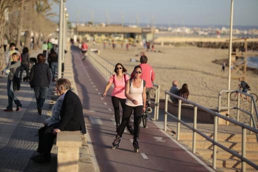 Vista de la animación de la playa de Can Pere Antoni, de Palma, en la tarde de este jueves.