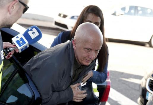 Paco Sanz, conocido como el hombre de los 2.000 tumores, a su llegada a los juzgados de Llira (Valencia) para prestar declaración ante el juez.