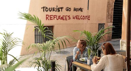 Hace menos de un año, Palma aparecía con pintadas reivindicativas que protestaban contra la saturación turística.