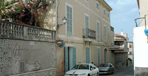 Joan March no nació en esta casa, sino que su padre se la regaló al casarse. Podría alojar la placa conmemorativa.