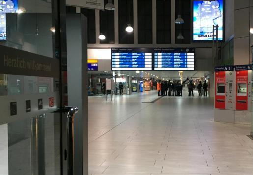 LA policía en la estación de Dusseldorf tras el ataque.