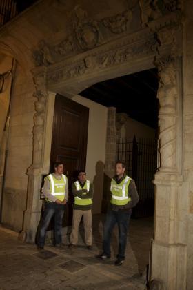 Los agente de policía registran la casa de Jaume Matas en la calle de Sant Feliu.