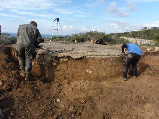Un grupo de investigadores, trabajando en el terreno.