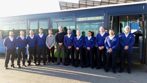 Los nuevos trabajadores reciben formación y pronto se incorporarán al servicio público de autobuses palmesano. En la imagen, con el regidor y el gerente.