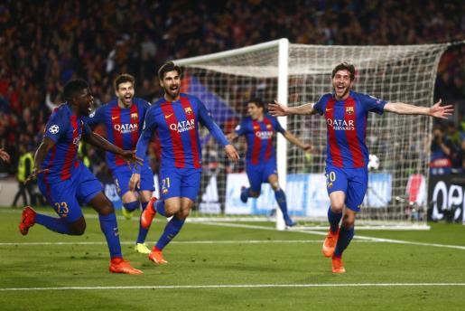Los jugadores del FC Barcelona corren a abrazar a Sergi Roberto para celebrar el sexto y definitivo gol, que clasificaba a los de Luis Enrique para la siguiente ronda de la Liga de Campeones.
