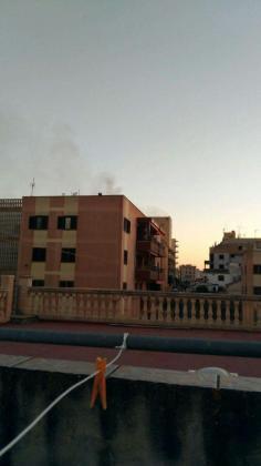 Imagen de una columna de humo proveniente del hotel Palma Bay s'Arenal.