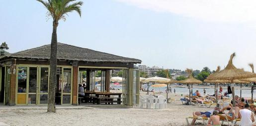 Uno de los seis balnearios o quioscos dispuestos a lo largo de la playa de Alcúdia. Los nuevos tendrán un aspecto «más moderno y atractivo».