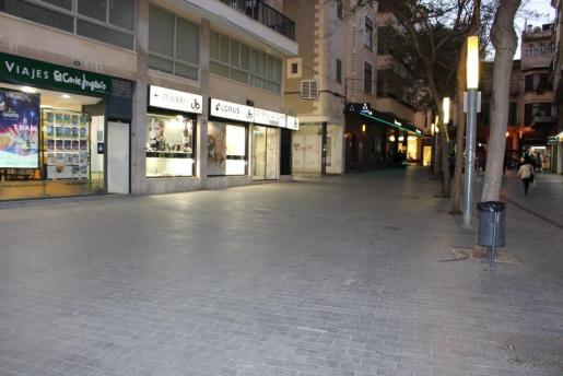 Imagen de la calle donde ha caído el cristal.
