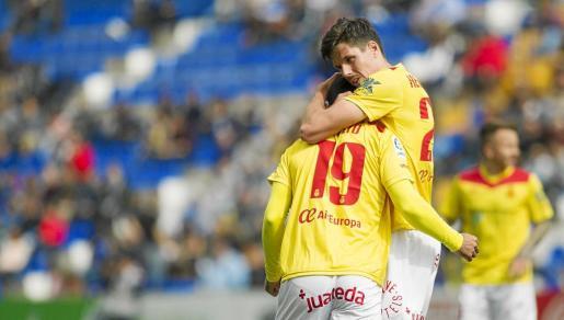 Yuste abraza a Culio en una imagen del encuentro disputado en Murcia.