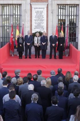 El acto en recuerdo de las víctimas, ha comenzado puntualmente a las nueve de la mañana con el repique de las campanas de la Puerta del Sol, mientras la presidenta de la Comunidad y la alcaldesa han portado juntas una corona de flores en memoria de las víctimas.