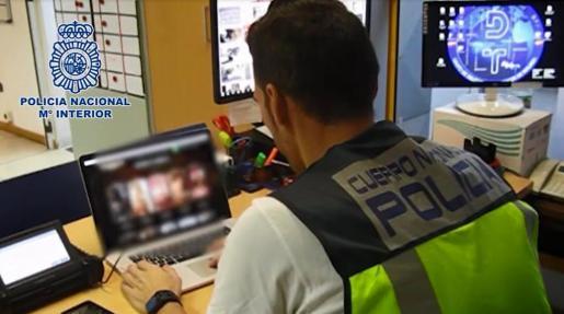 Tras investigar las diferentes páginas de anuncios, los agentes localizaron las webs denunciadas y efectuaron dos registros en Marbella y Estepona en los que intervinieron abundante material informático.