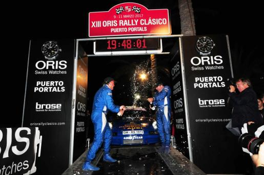 El equipo formado por el piloto Stefan Oberdoerster y el copiloto Olaf Heupel celebra su victoria en el Oris Rally Clásico de Puerto Portals.