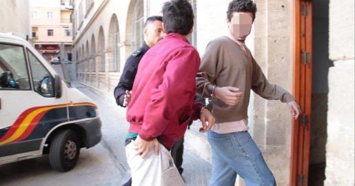 Los dos acusados llegando a los juzgados de guardia de Vía Alemania de Palma.