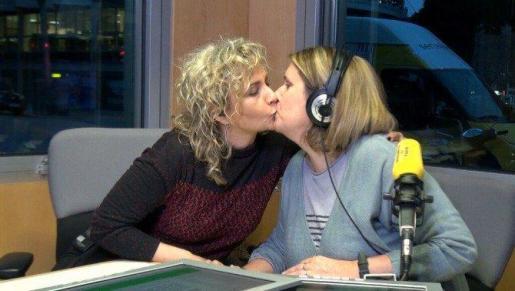 Imagen del beso que el programa de Mònica Terribas ha compartido en las redes sociales.