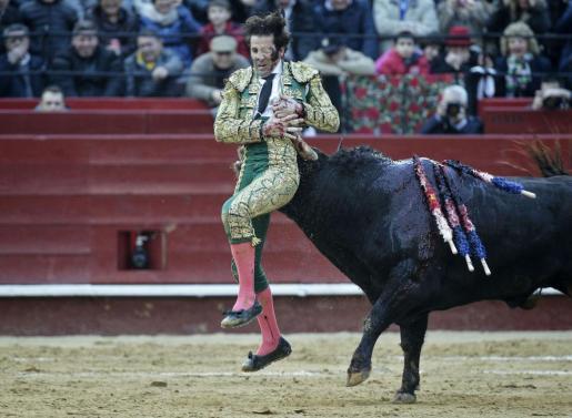 """El diestro jerezano Juan José Padilla fue cogido por """"Hortensia"""", de la ganadería Fuente Ymbro, durante la segunda corrida de la Feria de Fallas."""