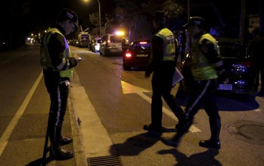 El detenido respondió con violencia contra los agentes y tuvo que ser reducido.