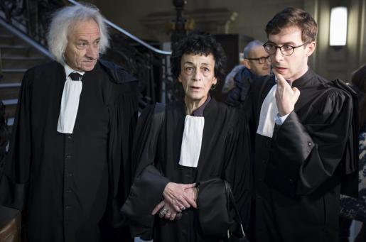 La abogada defensora Isabelle Coutant-Peyre (c), letrada y esposa del terrorista venezolano Ilich Ramírez Sánchez, 'Carlos, el chacal', antes del inicio del juicio contra Ramírez en el Palacio de Justicia en París.