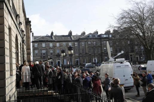 Numerosos periodistas espera frente a Bute House, residencia de la primera ministra escocesa, la aparición de Nicola Sturgeon tras su anuncio de convocar un segundo referéndum en Escocia para abandonar el Reino unido y mantenerse en la Unión Europea.