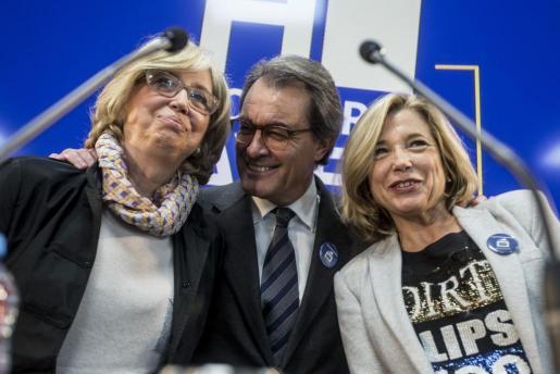 El expresidente de la Generalitat Artur Mas (c), la exvicepresidenta Joana Ortega (d), y la exconsellera de Enseñanza Irene Rigau (i), posan momentos antes de la rueda de prensa.