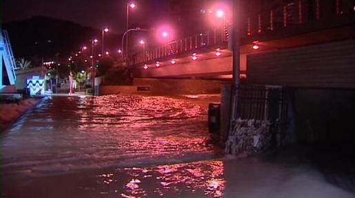 Imagen de television de las inundaciones que Alicante vivió anoche con registros históricos de lluvia.