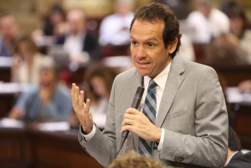 Marc Pons, durante el pleno del Parlament.
