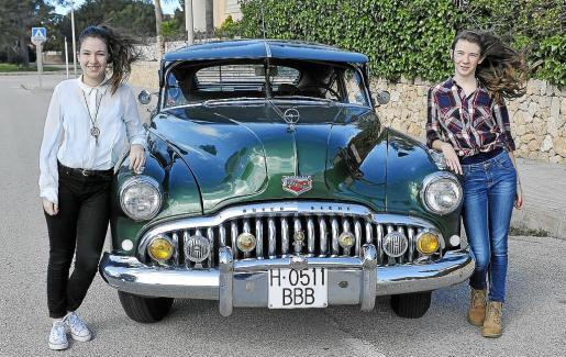 Las nietas de Jaume, Xisca y Laia, posan junto al Buick Sedanette.