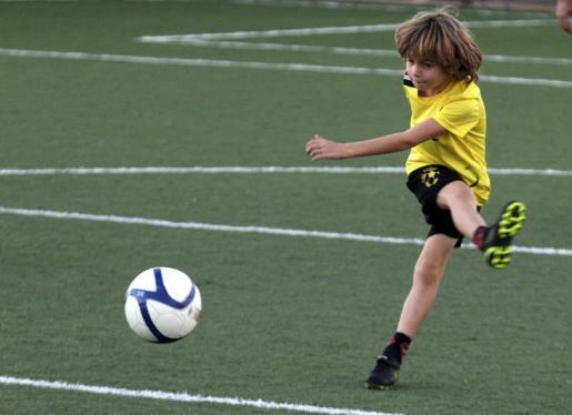 Imagen de archivo de un niño en una escuela de fútbol.