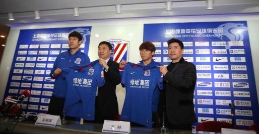Directivos del Shanghai Shenhua, con dos de sus jugadores.